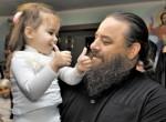 Священик усиновив 400 дітей, а вони врятували його від смерті